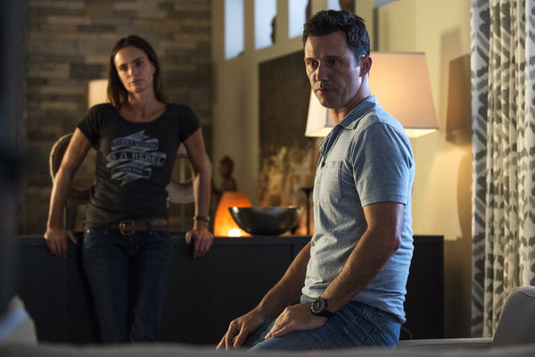 "BURN NOTICE -- Episode 614 ""Down & Out"" -- Pictured: (l-r) Gabrielle Anwar as Fiona Glenanne, Jeffrey Donovan as Michael Westen -- (Photo by: David Giesbrecht/USA Network)"