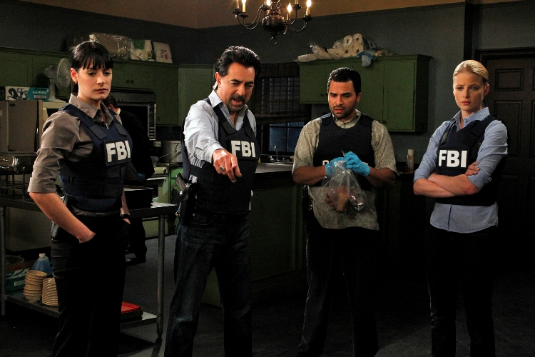 """Corazon""  -- (From left) Prentiss (Paget Brewster), Rossi (Joe Mantegna), Hotchner (Thomas Gibson), Miami Detective Manny Lopez (Manny Perez) and Seaver (Rachel Nichols) investigate a series of bizarre, ritualistic murders in Miami, on CRIMINAL MINDS, Wednesday, Jan. 12 (9:00-10:00 PM, ET/PT) on the CBS Television Network. Photo: Sonja Flemming/CBS. �2010 CBS BROADCASTING INC. All Rights Reserved."