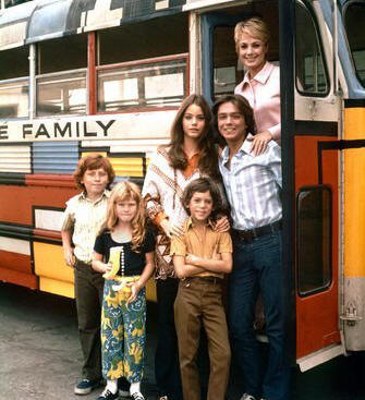 The Partridge Family: (l to r) Danny Bonaduce, Suzanne Crough, Susan Dey, Jeremy Gelbwaks, David Cassidy and Shirley Jones)