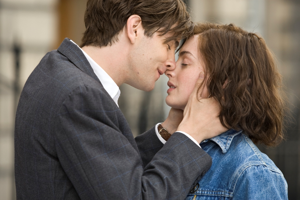 Jim Sturgess (left) and Anne Hathaway (right) star as Dexter and Emma in the romance ONE DAY, a Focus Features release directed by Lone Scherfig.