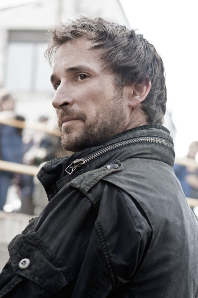 Noah Wyle stars in the TNT Network series FALLING SKIES.